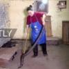 KRALJICA KOBRI: Ona čuva 1.000 zmija, čisti im sobu i ušuškava ih, pa pravi od njih vino koje pije celo selo! (VIDEO)