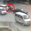 SMRT UŽIVO: Zakucala se skuterom u kombi, automobil, motor i autobus – ali ni to joj nije bilo dosta! (VIDEO)