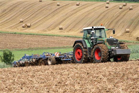 traktor- njiva- srbija