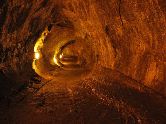unutrasnjost vulkana lava tunel