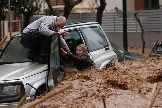 KATAKLIZMA U ITALIJI: Bujica nosila sve pred sobom, ulice postale reke! (VIDEO)