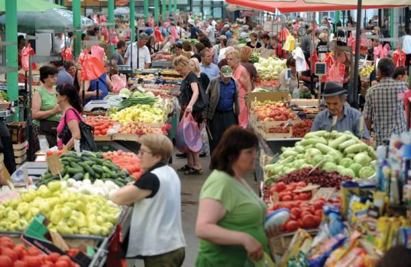 OBRATITE PAŽNJU: Na pijacama u Srbiji prodaju voće i povrće punjeno otrovnim hormonima!