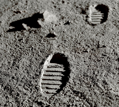 stopala- otisci- mesec- astronauti