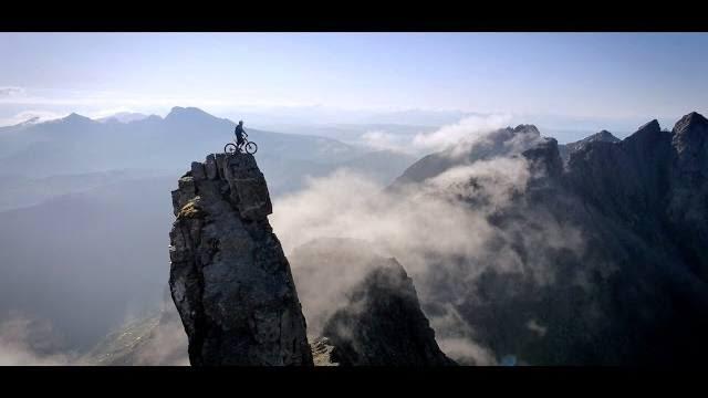 Čovek koji je izazvao smrt na dvoboj spuštajući se biciklom niz 992m visok kameni greben! (VIDEO)