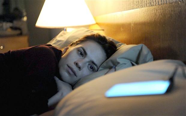 mobilni- devojka- krevet