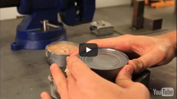 MOŽDA VAM NEKADA ZATREBA OVAJ TRIK: Evo kako da otvorite konzervu bez otvarača..(VIDEO)