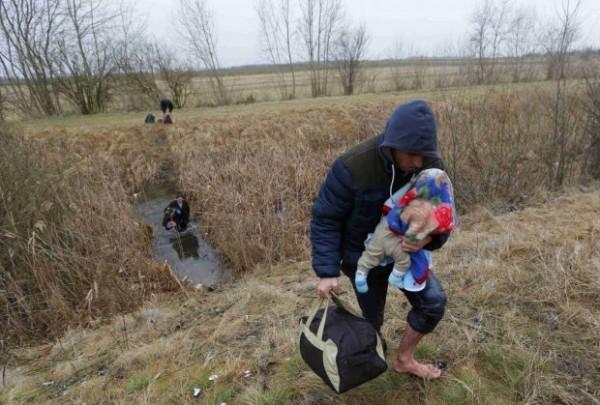 400 Albanaca dnevno stiže sa Kosova  u Srbiju: Sa malom decom po mrazu beže kroz vodu!