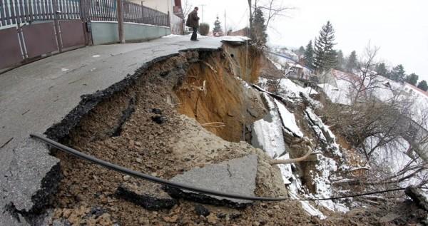 Ozbiljna situacija sa klizištima u Obrenovcu- Izdata mera napuštanja objekata!