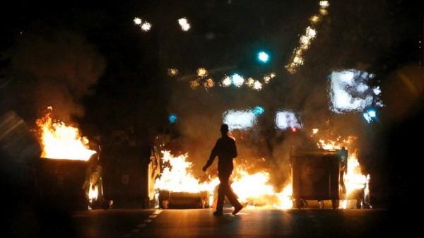 protesti- demonstranti- pozar