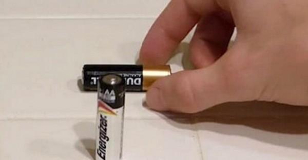 GENIJALNO: Jednostavan trik koji će vam pokazati da li su baterije prazne ili ne (VIDEO)