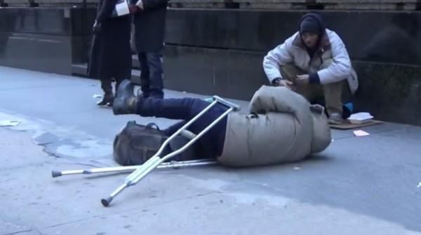 BESKUĆNIK SE SRUŠIO NA ULICI: Kada vidite ko mu je jedini pomogao, slomiće vam srce..(Video)