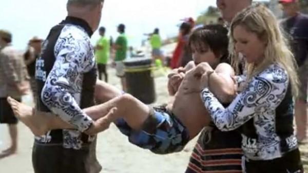 Bacio je svog sina u okean, ali razlog zašto to on radi će vas ostaviti u suzama (VIDEO)