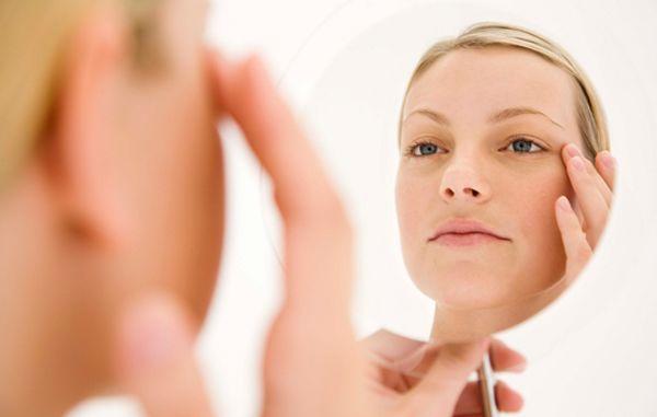 Zena-ogledalo-lice-bore-podmladjivanje