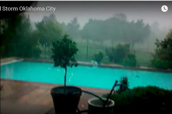 Tamni oblaci su se nadvili, ali ono što se desilo s bazenom od 1:35 minuta je stvarno žestoko..(VIDEO)