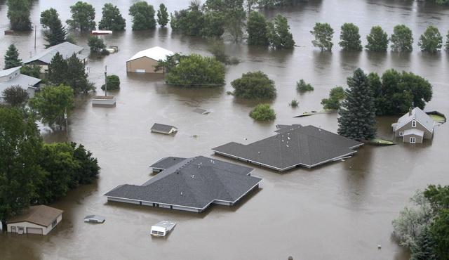 HAOS U AMERICI: Voda NOSI SVE PRED SOBOM, automobili plivaju potopljeni do krovova, ljudi u PANICI! (VIDEO)