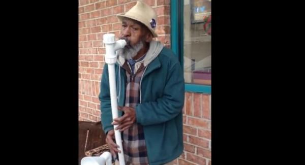 Beskućnik je uzeo nekoliko cevi za odvod i sastavio ih: Ono što je usledilo oduševilo je milione širom sveta.. (VIDEO)
