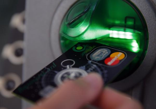 SPEKTAKULARNA PLJAČKA VEKA: Za 3 sata izveli 14.000 transakcija i ukrali 12,7 miliona dolara direktno sa bankomata!