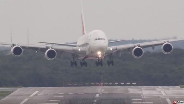 sletanje-aviona-Dizeldorf-piloti