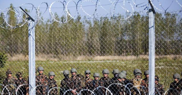 VOJNI HELIKOPTERI I DRONOVI NA GRANICI SA SRBIJOM: Mađarska vraća izbeglice, vlada potpuni haos! (FOTO)