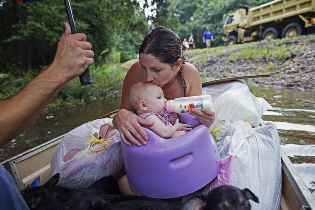 majka- beba- poplave