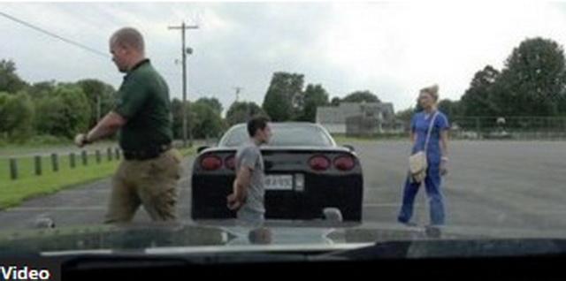 Policajac ga je zaustavio, naredio da izađe iz auta i da se spusti na koljena, a onda je uslijedio pravi šok… (VIDEO)