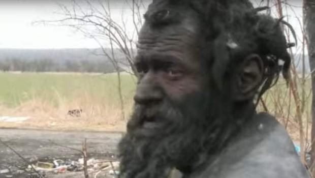 Upoznajte najprljavijeg čoveka na svetu: Nije se kupao 60 godina, puši životinjski izmet, razbesni se kad mu neko spomene vodu (VIDEO)