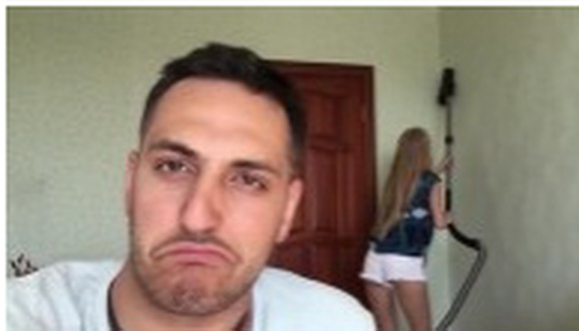 Snimao je svoju devojku dok usisava sobu, a onda je video nešto zbog čega je momentalno RASKINUO s njom (VIDEO)