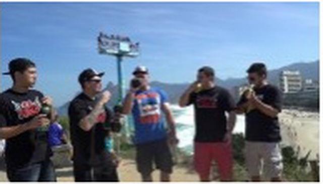 PET LUDAKA NA GOMILI! Najeli su se BANANA, a onda su popili OVO GAZIRANO PIĆE! UŽAS im se dogodio posle NEKOLIKO MINUTA (VIDEO)