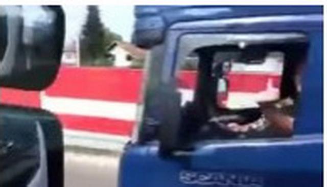 """LUDE KAMIONDŽIJE U SRBIJI: Jedan """"zakucao"""" gas na 120, drugi ga opušteno pretiče uz """"sportski"""" pozdrav kroz prozor! (VIDEO)"""