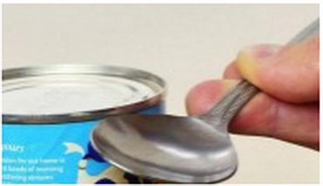 Kako da otvorite konzervu kašikom (VIDEO)