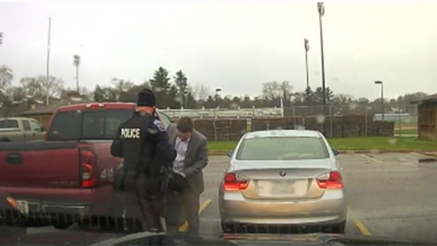 NAJBOLJI SLUŽBENIK NA SVETU: Policajac je zaustavio studenta zbog brze vožnje, ali niko nije mogao da zamisli da će akcija da se završi ovako (VIDEO)
