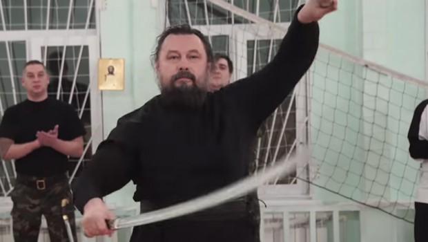 RUSKI NINDŽA POP: Vernike upoznaje sa starim tradicijama pravoslavlja, ima crni pojas u aikidu i odlično barata oružjem (VIDEO)