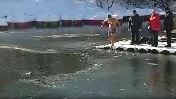 Spazio je psa kako se davi u ledenoj vodi i odmah je znao šta treba da uradi! (VIDEO)