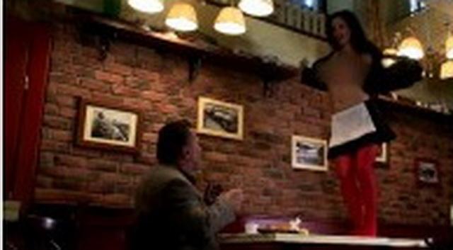 STRIPTIZ U RESTORANU: Naručio je hranu, a konobarica mu je servirala gole grudi (VIDEO)