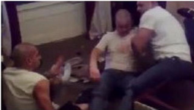 U MEĐUVREMENU U POLJSKOJ: Njih trojica su toliko odvaljeni od alkohola, da nikom nije jasno šta se ovde zapravo dešavalo! (VIDEO)