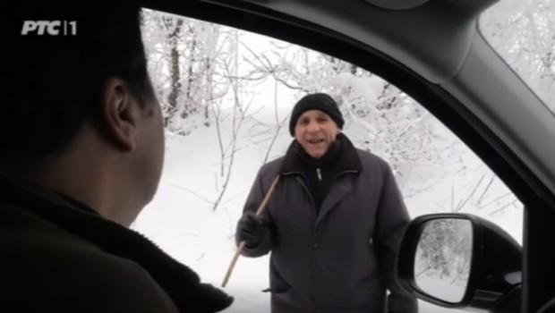 Memedović postavio pitanje starcu koji se probijao kroz sneg, a on ga nasmejao odgovorom.. (VIDEO)