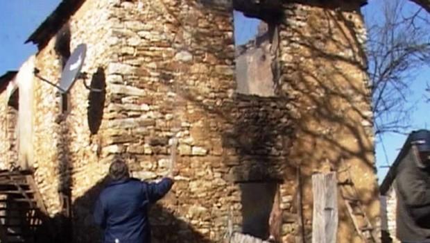 Braća se posvađala oko trošne kuće, pa je jedan zapalio. Majka izgorela u plamenu! (VIDEO)