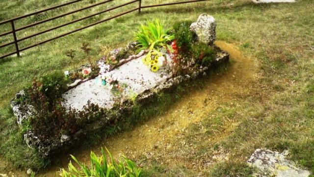 Misteriozni grob sveštenika u ovom selu leči bolesti: Jela je odvela svoje dete i pomolila se, dogodilo se čudo (FOTO)