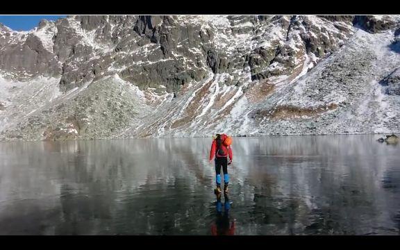 UŽIVAJTE: Šetnja po zaleđenom jezeru ostaviće vas bez daha! (VIDEO)