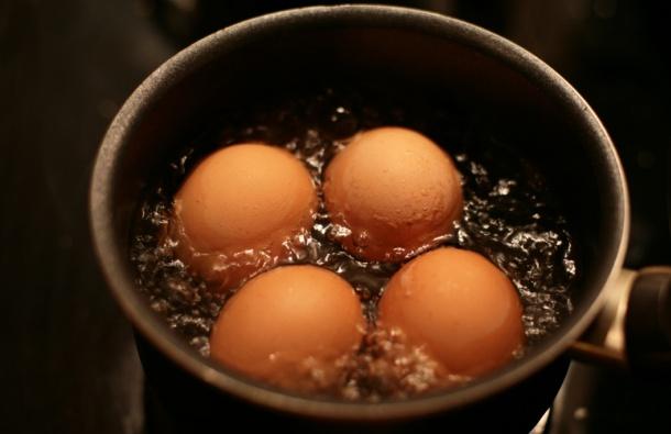 Dodajte sodu bikarbonu kada kuvate jaja! RAZLOG JE FANTASTIČAN! (VIDEO)
