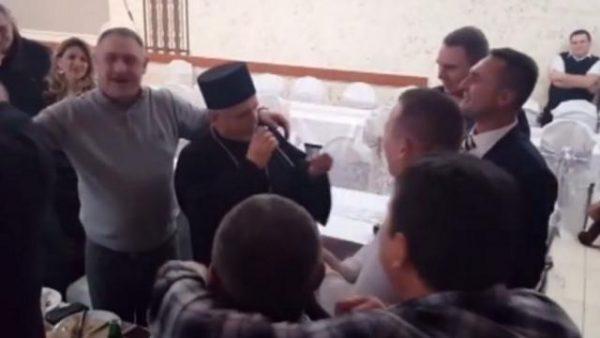SVEŠTENIK KOJI JE SRBIJU DIGAO NA NOGE: Uzeo mikrofon, i obratio se gostima ovako..! (VIDEO)