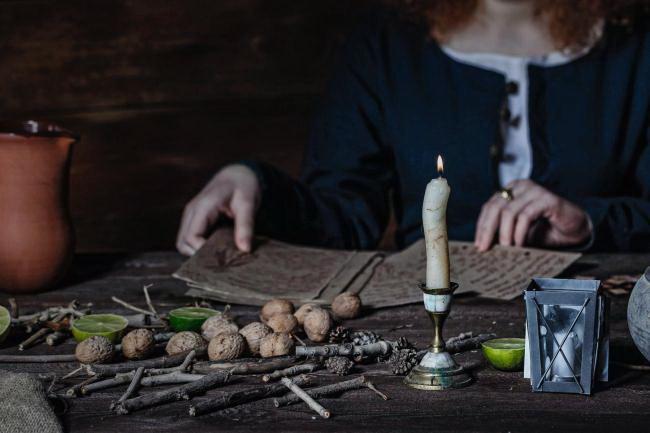 zena- verovanje- gatanje- proricanje- vesticarenje- sveca