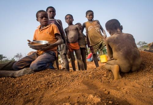 A group of children work at Bilbalé.