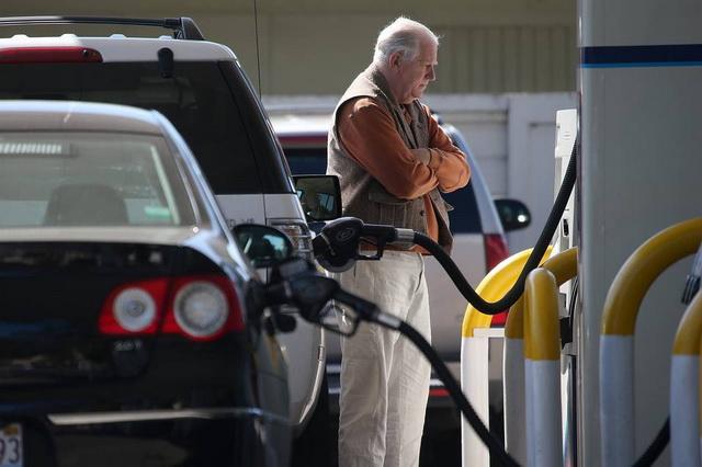 gorivo- pumpa- auto- covek