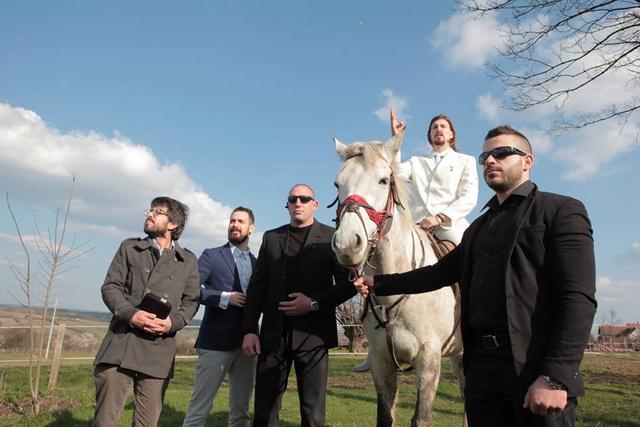 konj-beli