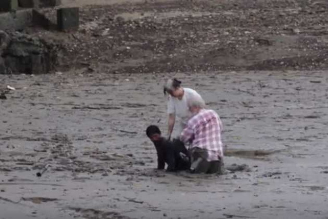 HEROJ ZA POŠTOVANJE: Spasao je dvoje ljudi sigurne smrti u blatu i to na ovakav način! (VIDEO)