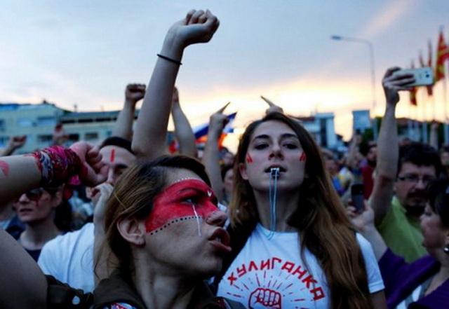 srbija-protest-mladi-pistaljke