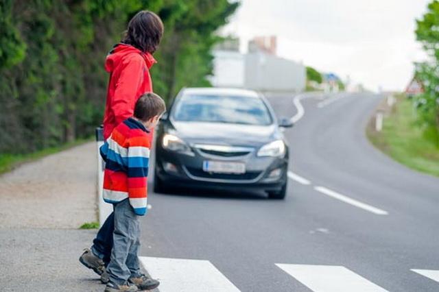 Ako vidite da neko stoji na ivici trotoara a vi ste za volanom, SMESTA STANITE! U pitanju je velika prevara!