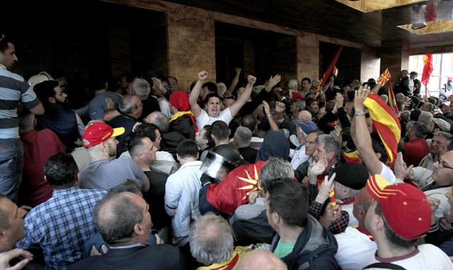 POLICIJA JE BILA UZ NAROD: Momenat koji najbolje prikazuje kako se cela Makedonija digla na noge (VIDEO)