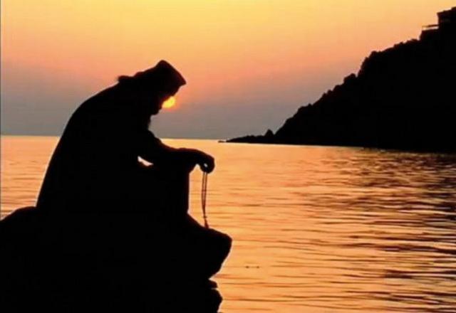 molitva-svestenik-more-zalazak-sunca-camac-monah